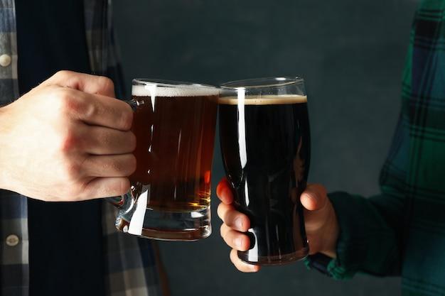 Двое мужчин в клетчатых рубашках приветствуют пивом