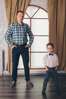 Двое мужчин в одинаковых позах. отец и сын