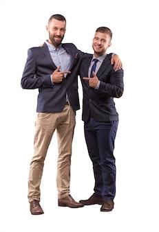 スーツを着た2人の男性が抱き合って、お互いに指を向けます