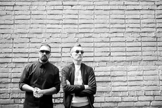 Двое мужчин на улице черно-белое фото