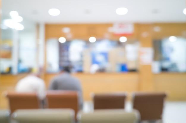 薬局で待っている2人の男性患者。医療の背景をぼかし。病院ホール。