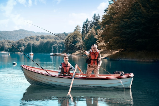 Двое мужчин отдыхают и ловят рыбу