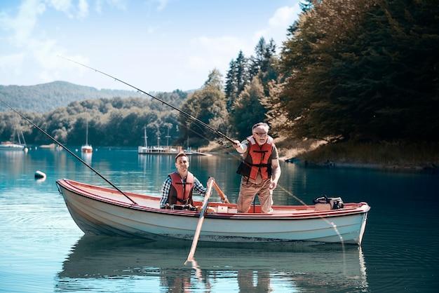 Due uomini che si rilassano e pescano