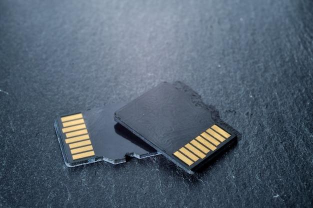 2枚のmicrosdカードが重なり合っており、上部に金色の接点があります。閉じる。