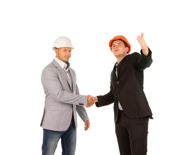 握手する2人の中年建築デザイナー