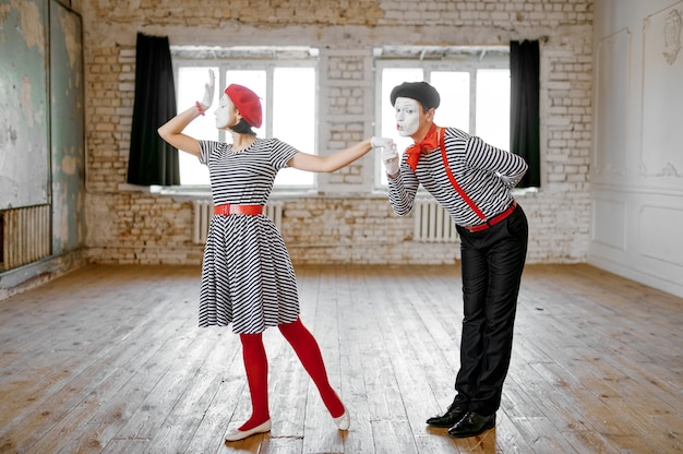 Two mime artists, love couple parody scene, comedy