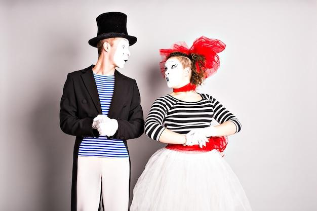 2人のパントマイムの男性と女性。エイプリルフールのコンセプト。