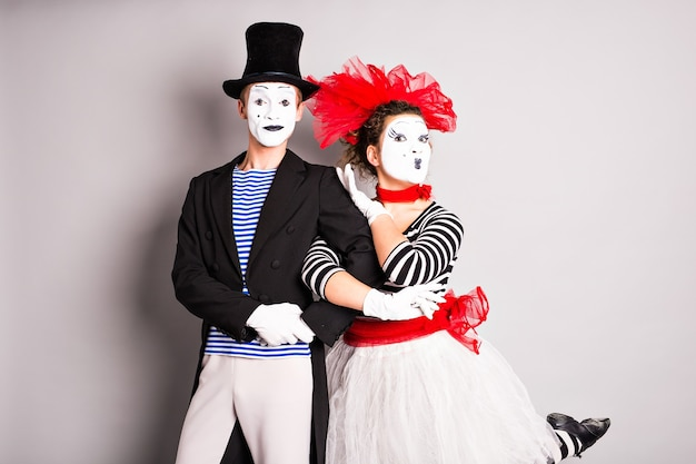 Два мима, мужчина и женщина в апрельский день дураков