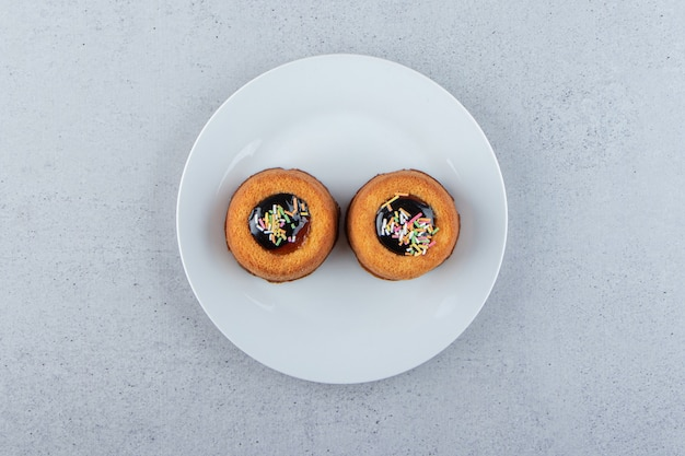 Due mini torte con gelatina disposte su un piatto bianco. foto di alta qualità