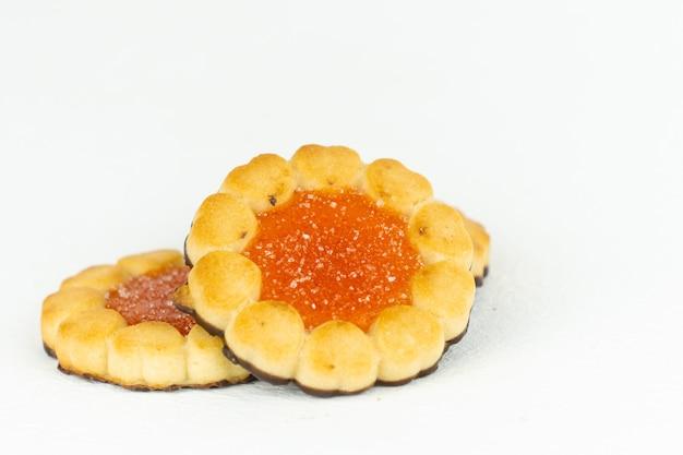 노란색 과일 잼을 곁들인 미니 타르트 2개