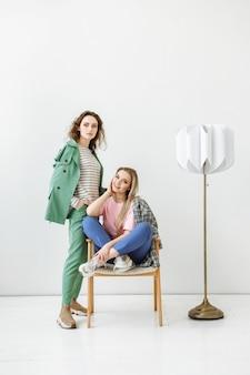 カジュアルなファッションの服を着た2人のモデルの女性