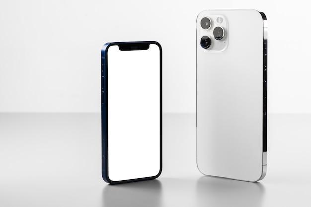 두 개의 현대 휴대 전화 모형 앞면과 뒷면 회색 표면