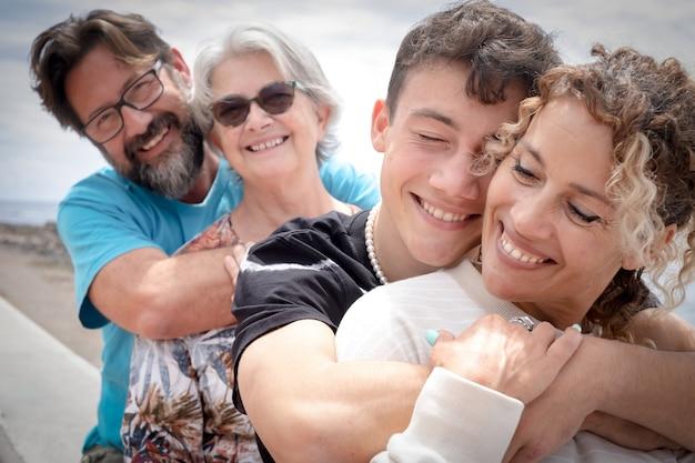 Две матери и два сына разного возраста, многопоколенная семья. понятие любви и счастья