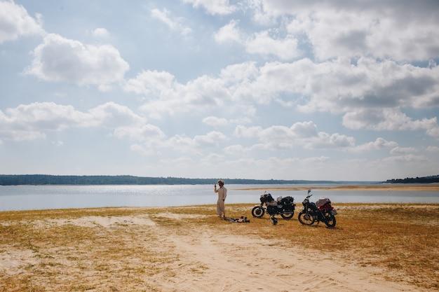 湖のほとりに駐車した2台のオートバイ