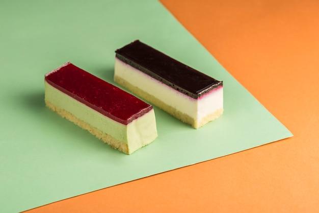 여러 가지 빛깔에 다른 설탕을 입힌 두 개의 무스 케이크