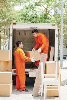 Двое движущихся мужчин за работой