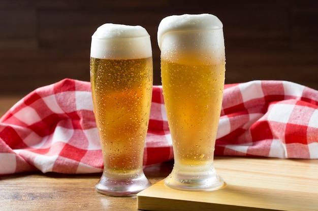 나무 테이블에 맥주 두 잔