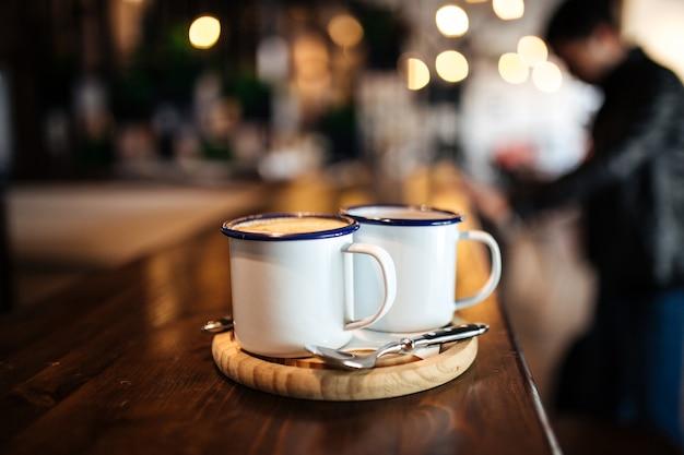 카페 책상에 모닝 커피 두 잔