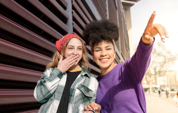 두 명의 다민족 여성, 도시를 산책, 여자 친구, 아프리카 계 미국인 및 백인 여성