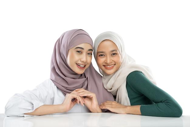 オープニングビデオvlogを作成するときにカメラの前で2人のイスラム教徒の女の子の親友
