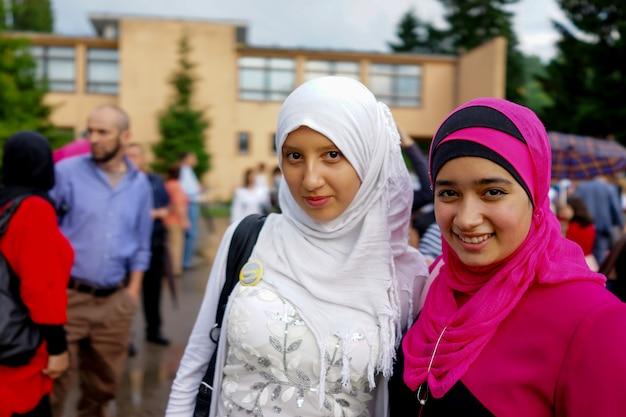 무도회에서 두 무슬림 소녀