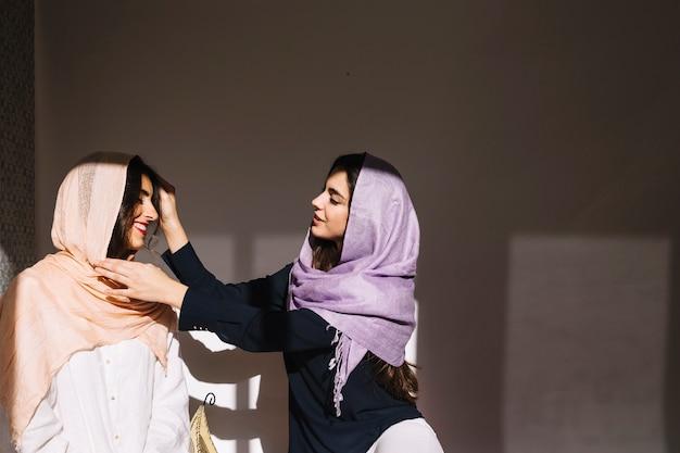 Две мусульманские женщины говорят