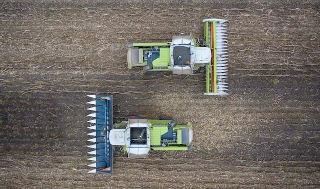 Два новых зерноуборочных комбайна убирают зерно. вид с дрона.