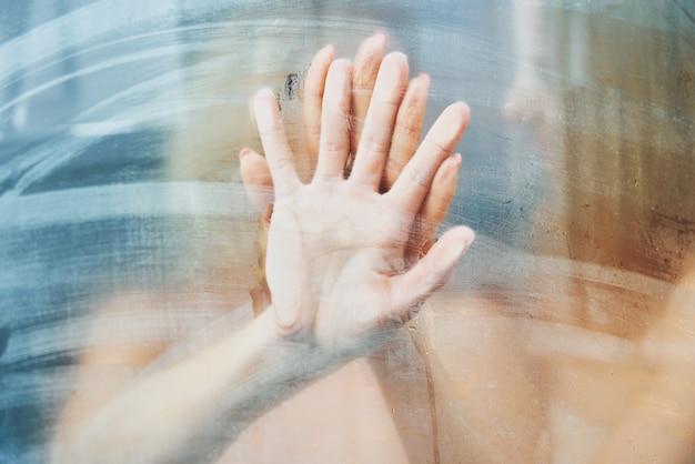 シャワーを浴びて裸の2人の素敵な女の子。高品質の写真