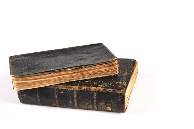 흰색 테이블에 두 개의 오래 된 골동품 책 거짓말