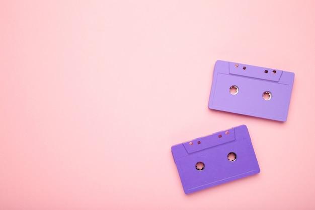 Две старые красочные кассеты на розовом фоне. музыкальный день