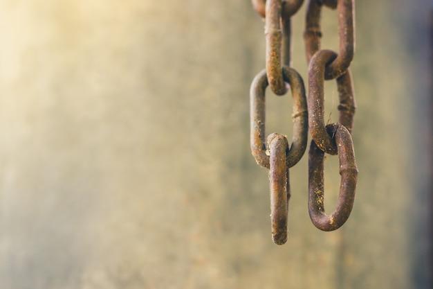 2つの古い錆びた鎖が上から垂れていた