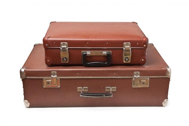 白い背景に分離された2つの古いスーツケース