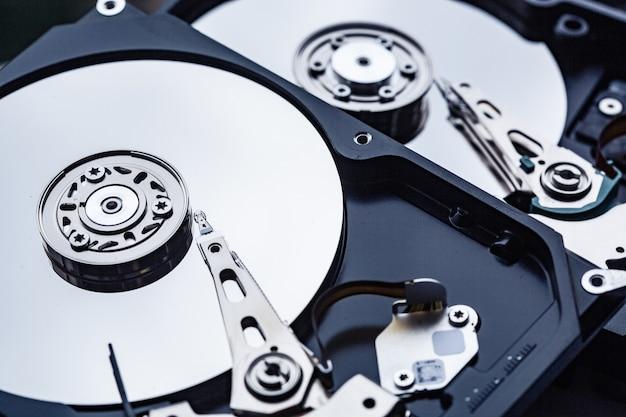 Два открытых жестких диска компьютера для ремонта. концепция безопасности данных.