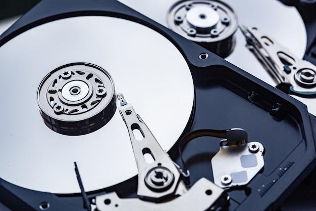 수리를 위해 두 개의 열린 컴퓨터 하드 드라이브. 데이터 안전 개념입니다.