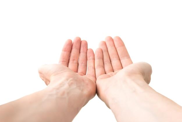 白い背景で隔離の何かを与える2つの開いた手