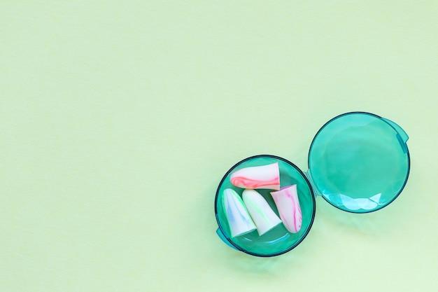 緑の箱に入った2組の耳栓