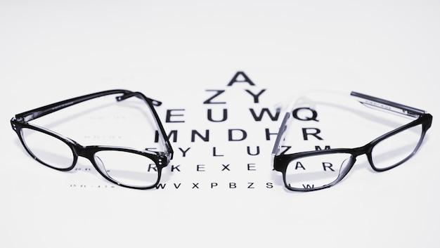 黒と白の視力検査用のテーブルにある2組のグラス