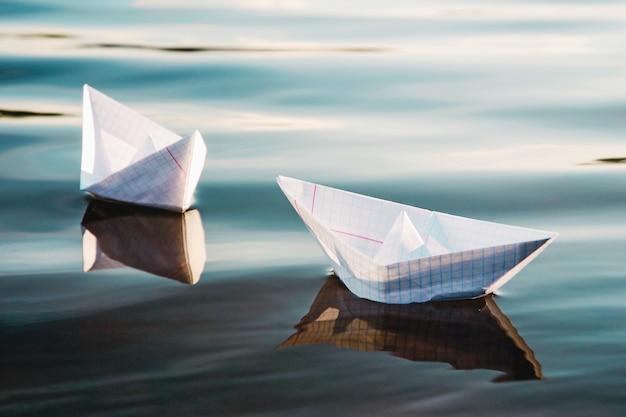 浮かんでいる2つの紙の船、クローズアップ
