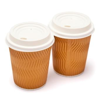 Две бумажные кофейные чашки с пластиковой крышкой, изолированные на белой поверхности с обтравочным контуром