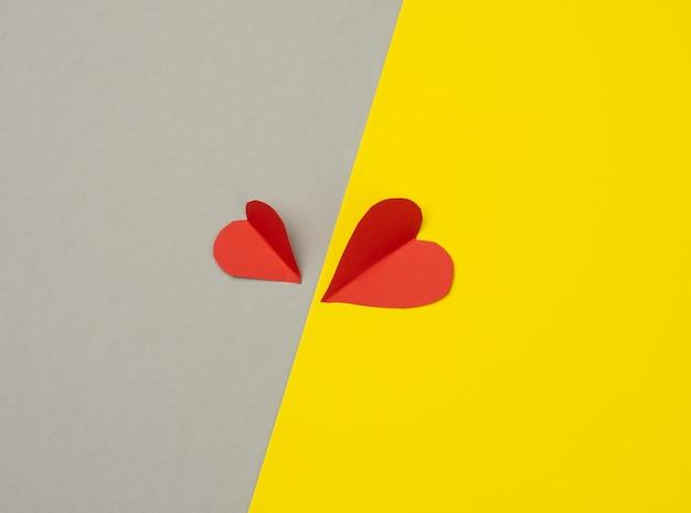 노란색-회색 배경, 평면도에 두 종이 마음