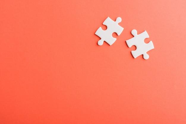 Две бумажные простые белые головоломки последние кусочки для решения
