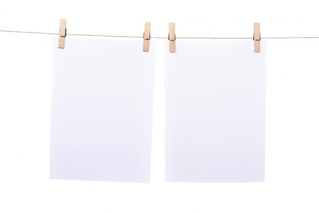 Два листа бумаги висит на веревке