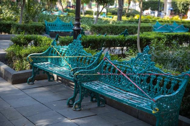 코로나 바이러스 전염병으로 인해주의 테이프로 막힌 공원 벤치 2 개