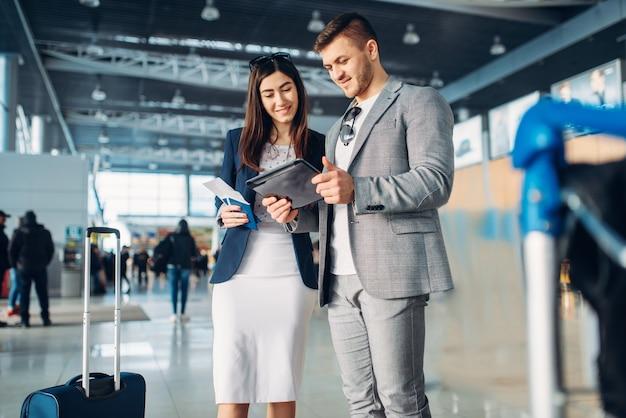 空港でのビジネスクラスの2人の乗客、出張。ビジネスマンやエアターミナルのビジネスウーマン