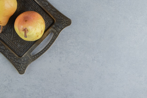 大理石の華やかなトレイに2つの梨