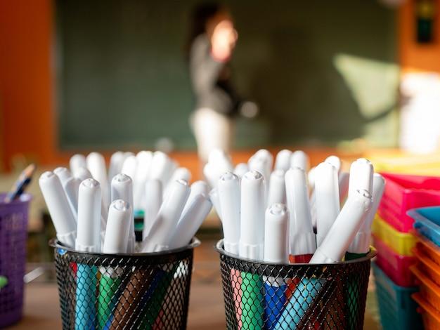 Два держателя для ручек с разноцветными маркерами