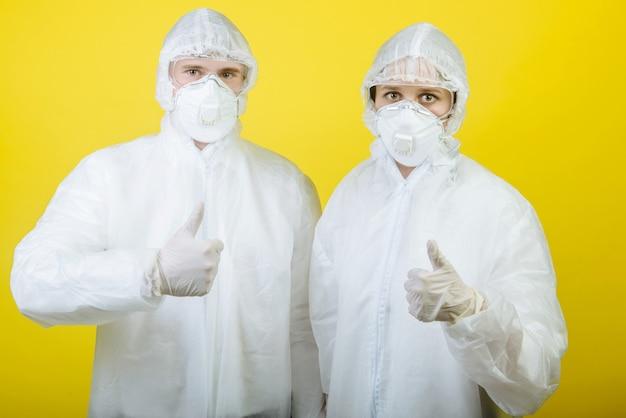 個人用防護服(ppe)を着た男性と女性の医師の2人。
