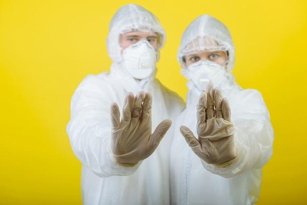 개인 보호 복 (ppe)을 입은 남자와 여자 의사 두 사람.