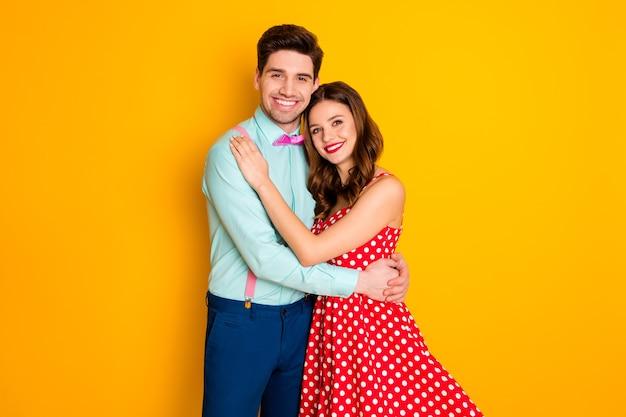 Два человека привлекательная леди красивый парень обнимаются