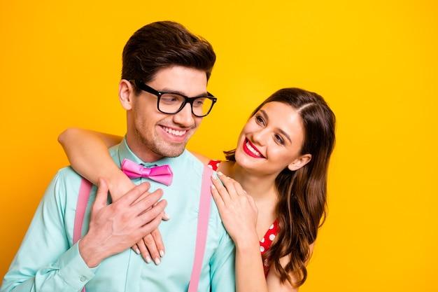 Два человека привлекательная дама красивый парень обнимаются